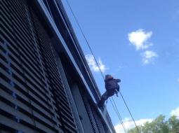 Мойка окон и жалюзи высотного здания.