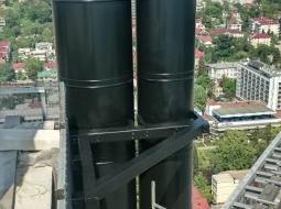 Монтаж и покраска труб из нержавеющей стали в черный цвет, по просьбе заказчика. Объект г. Сочи, гостиница Хаят.