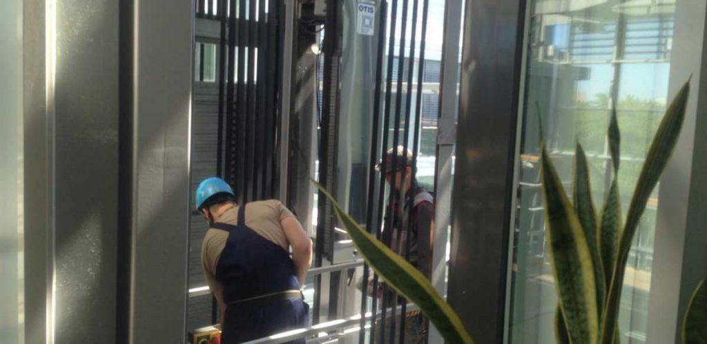 Мойка шахты лифта промышленными альпиниствми