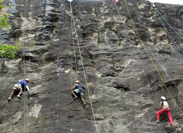 Команда опытных промышленных альпинистов.