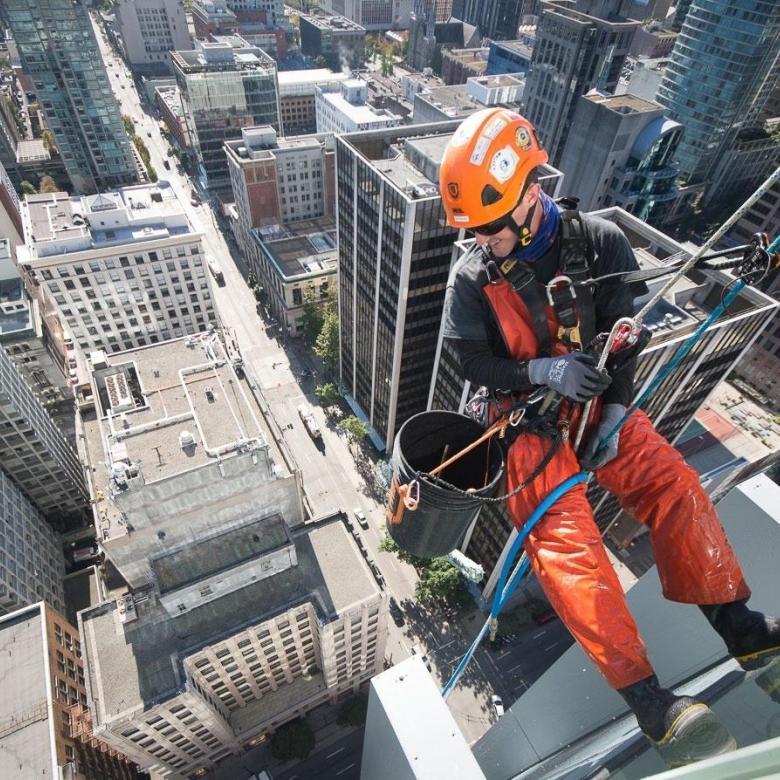 Промышленные альпинисты выполняют высотные работы, монтаж конструкций, высотный клининг, ремонт фасадов зданий.