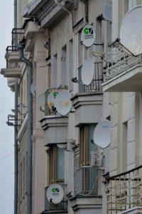Стены памятников архитектуры увешанные кондиционерами и спутниковыми тарелками